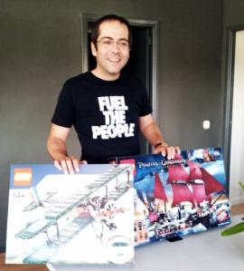rene con 2 cajas de Lego